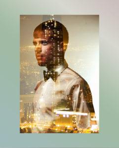 mann als portrait vor glasscheibe mit spiegelung einer stadt frankfurt am main