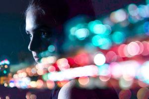 frau weiblich portrait fotografiert vor einer scheibe in einer stadt